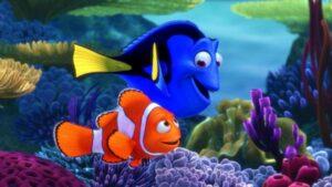 foto de la pelicula de animacion buscando a nemo se ve a Dory y al padre de Nemo, Marlin sonriendo