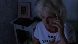 foto de Maca, protagonista de la web serie Cada uno con su tara hablando por teléfono asustada