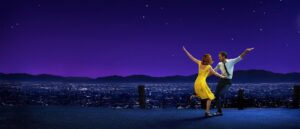 cartel de la pelicula musical la la land con sus protagonistas bailando en un mirador