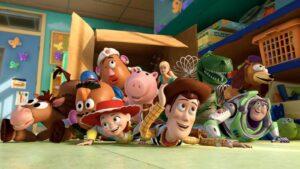 foto de todos los personajes de la pelicula de animacion toy story tumbados en el suelo saliendo de una caja