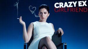 Cartel con la protagonista de Crazy Exgirlfriend sentada sobre una sofá, fumando un cigarro.