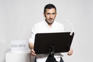 Director de DoblArte en actitud propia para iniciar un proceso de grabación delante del atril