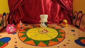 Aparecen varios de los personajes protagonistas. De izquierda a derecha: una cerdito rosa, un monstruo naranja, una vaca con gorro de cocinera y un pato con pajarita roja.