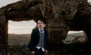 El joven Conor, delante del monstruo.
