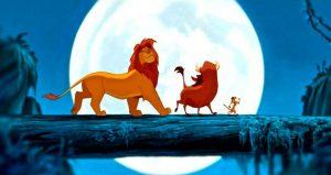 Sobre un tronco, el Rey León, Pumba y Timón.