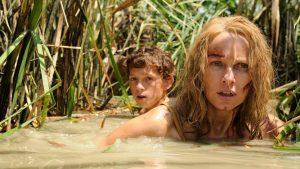 María y su hijo Tom, atravesando el agua y fango, tras el tsunami.
